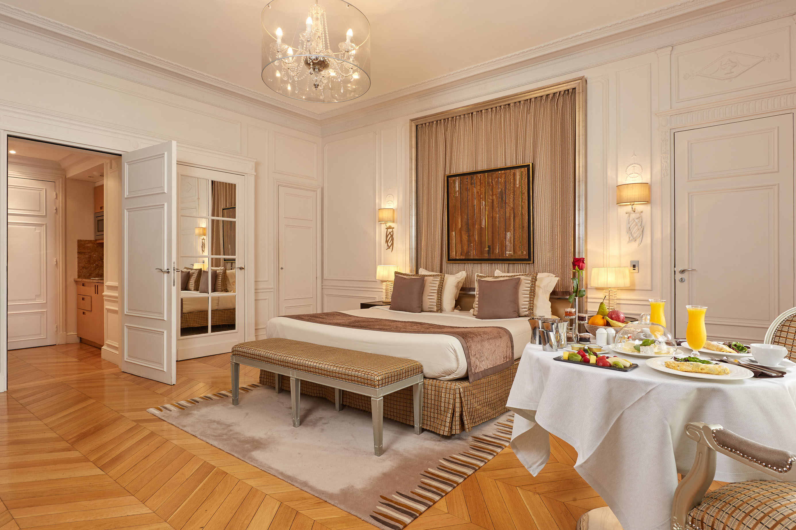 260/Rooms/Grand deluxe/Room_Grand_Deluxe_1_CMajestic_Hotel-Spa.jpg