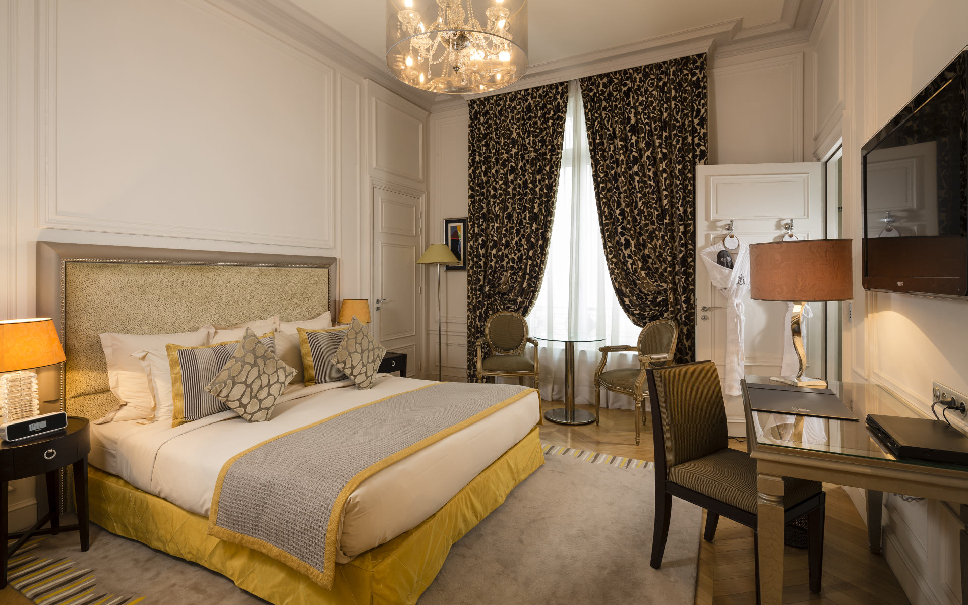 260/Rooms/Grand deluxe/Room_Grand_Deluxe_2-__Majestic_Hotel-Spa.jpg